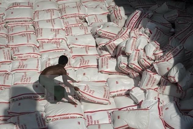 Xếp những bao gạo Thái Lan tại nhà máy ở Bangkok. (Nguồn: AFP/TTXVN)