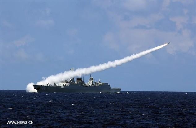 Tên lửa được bắn đi từ tàu chiến của Trung Quốc trong cuộc tập trận tại Biển Đông (Nguồn: THX)