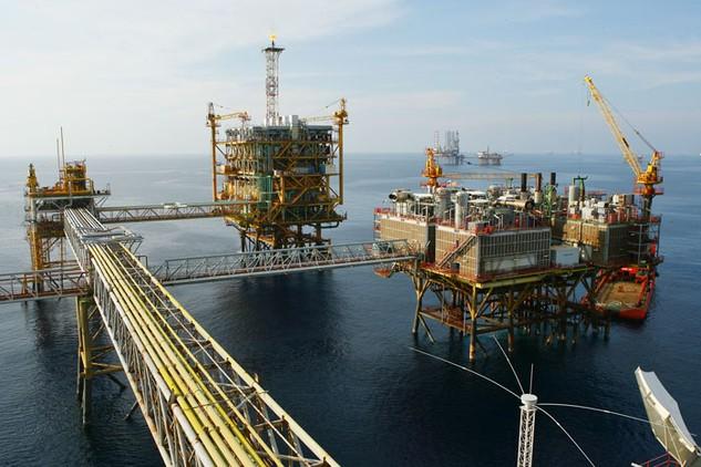 Giá dầu giảm là một trong những nguyên nhân khiến tốc độ tăng trưởng GDP giảm sút. Ảnh: Huyền Trang
