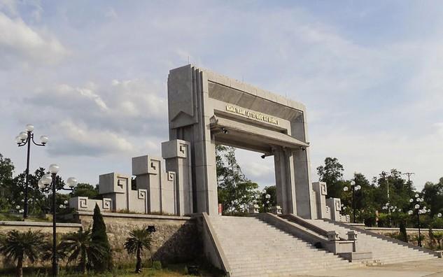 Gói thầu số 05: Xây lắp điện chiếu sáng + Hệ thống chống sét thuộc Dự án Nâng cấp tôn tạo nghĩa trang Đường 9 có giá gói thầu 2.424.853.000 đồng. Ảnh: Tường Lâm