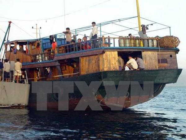 Các ngư dân nước ngoài bị hải quân Philippines ngăn chặn ngoài bãi cạn Scarborough. (Nguồn: AFP/TTXVN)