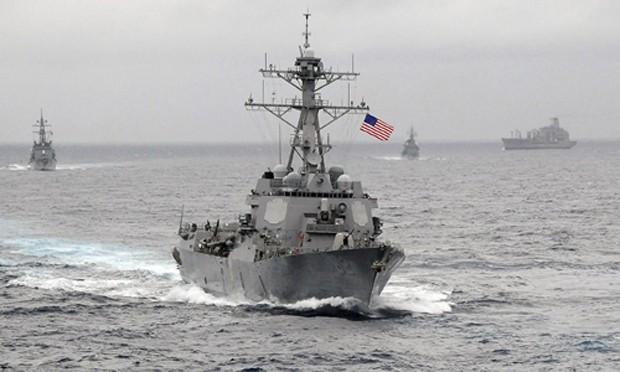 Tàu khu trục Mỹ tuần tra gần đảo nhân tạo Trung Quốc xây dựng ở Biển Đông. Ảnh:US Navy