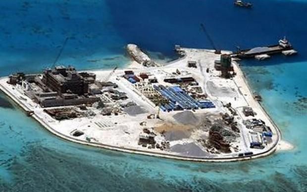 Hình ảnh cho thấy hoạt động bồi lấp và xây dựng trái phép của Trung Quốc tại một thực thể trên biển Đông - Ảnh: EPA/WSJ.