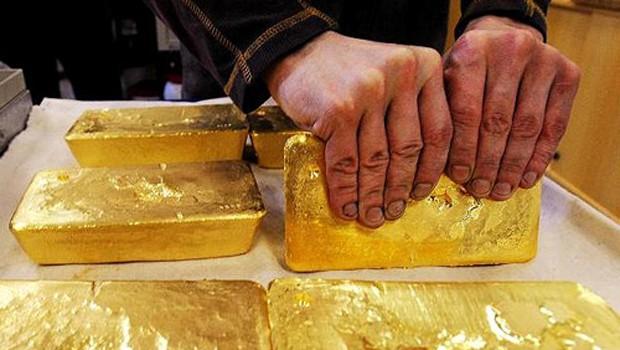Mỗi ounce vàng vừa về lại 1.345 USD. Ảnh: AFP.