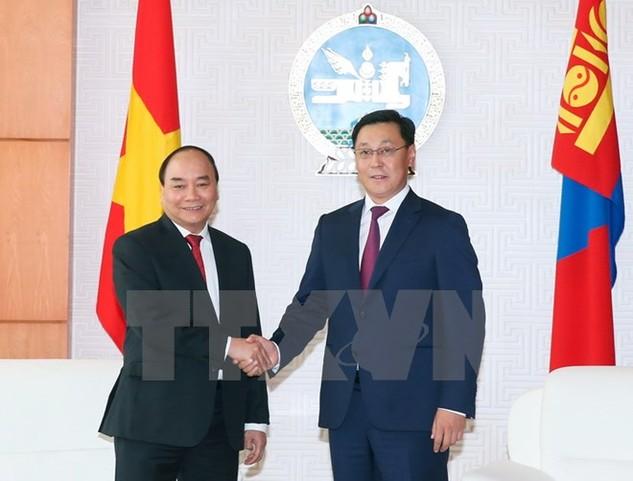 Thủ tướng Mông Cổ J. Erdenebat và Thủ tướng Nguyễn Xuân Phúc. (Ảnh: Thống Nhất/TTXVN)
