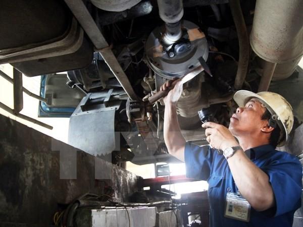 Nhân viên đăng kiểm tiến hành kiểm định phương tiện. (Ảnh: Hoàng Hùng/TTXVN)