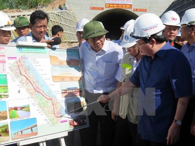 Phó Thủ tướng Chính phủ Trịnh Đình Dũng kiểm tra dự án đường cao tốc Đà Nẵng-Quảng Ngãi. (Ảnh: Nguyễn Sơn/TTXVN)