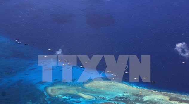 Tàu đánh cá Trung Quốc neo đậu tại bãi đá ngầm Chữ Thập thuộc chủ quyền Việt Nam ngày 17/7/2012. (Nguồn: AFP/TTXVN)