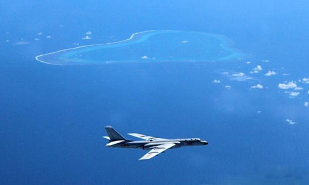 """Hình ảnh được cho là oanh tạc cơ H-6K Trung Quốc bay qua bãi cạn Scarborough sau khi Tòa Trọng tài ra phán quyết bác bỏ """"đường lưỡi bò"""". Ảnh: Weibo"""