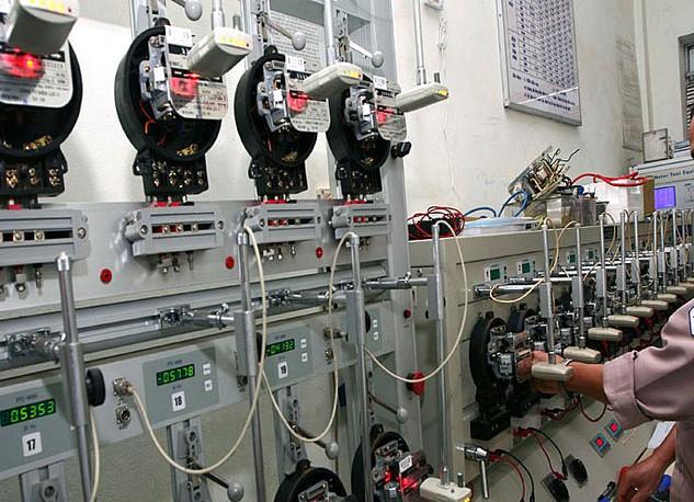 Hiện có rất ít doanh nghiệp trong nước sản xuất được công tơ điện tử có chức năng đo xa. Ảnh: Diệp Quỳnh