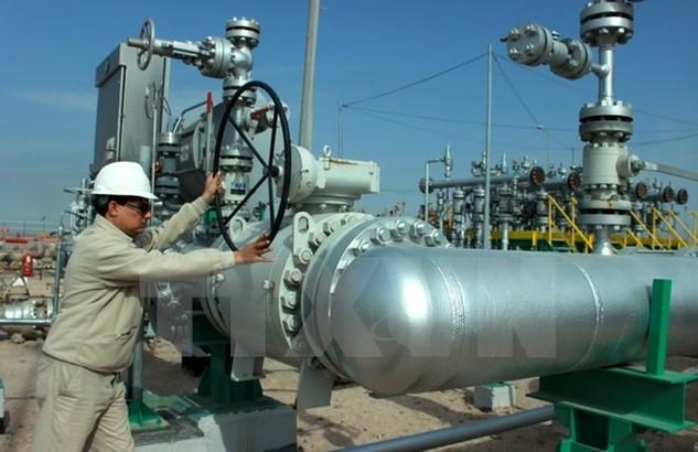 Công nhân làm việc tại nhà máy dầu ở Basra, Iraq. (Nguồn: EPA/TTXVN)