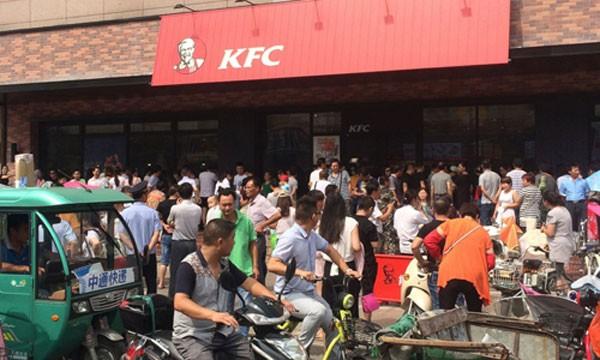 Dân Trung Quốc tụ tập biểu tình trước một cửa hàng KFC ở tỉnh Giang Tô. Ảnh: AP