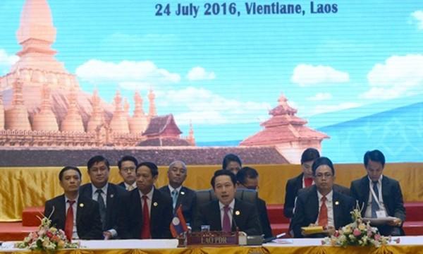 Ngoại trưởng Lào Saleumxay Kommasith (giữa) phát biểu trong phiên toàn thể hội nghị các ngoại trưởng ASEAN ngày 24/7. Ảnh: AFP.