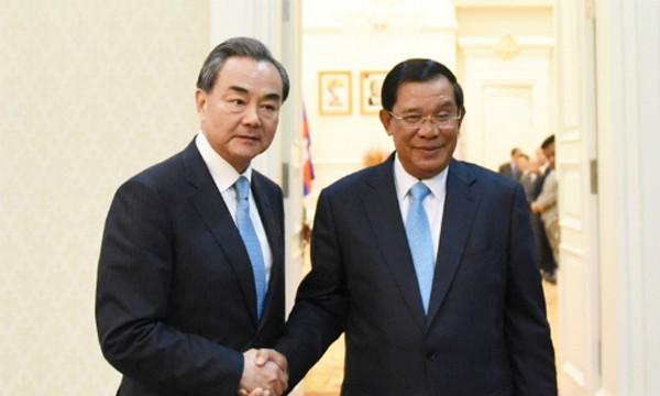 Ngoại trưởng Trung Quốc Vương Nghị và Thủ tướng Campuchia Hun Sen tại Phnom Penh hồi tháng 4. Ảnh: Xinhua