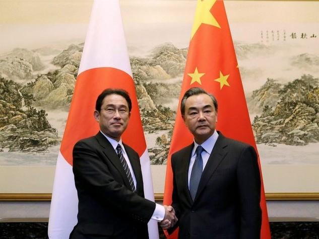 Ngoại trưởng Nhật Bản Fumio Kishida (trái) và người đồng cấp Trung Quốc Vương Nghị. (Nguồnõ Reuters)
