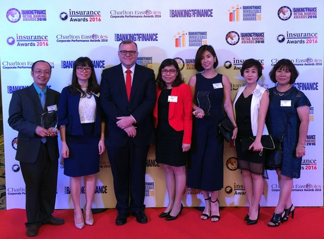Bà Trần Thanh Xuân - Phó Giám đốc Trung tâm CNTT BIDV (thứ hai từ trái qua) và Bà Lê Vũ Diễm Hằng - Phó Giám đốc Trung tâm Chăm sóc khách hàng - Trưởng Trung tâm mạng xã hội (thứ ba từ phải qua) đại diện nhận 2 giải thưởng uy tín về công nghệ thông tin và