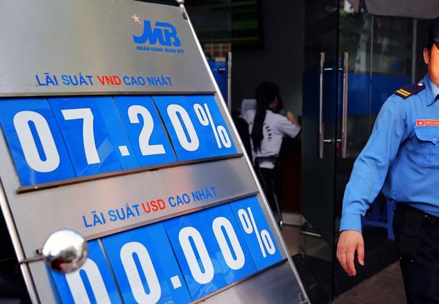 Đang có nhiều sức ép lên lãi suất cho vay của các ngân hàng thương mại. Ảnh: Lê Tiên