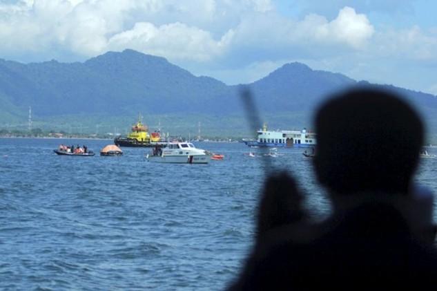 Một tay súng tình nghi là phiến quân Abu Sayya đang quan sát các tàu thuyền Indonesia. (Nguồn: Antara)