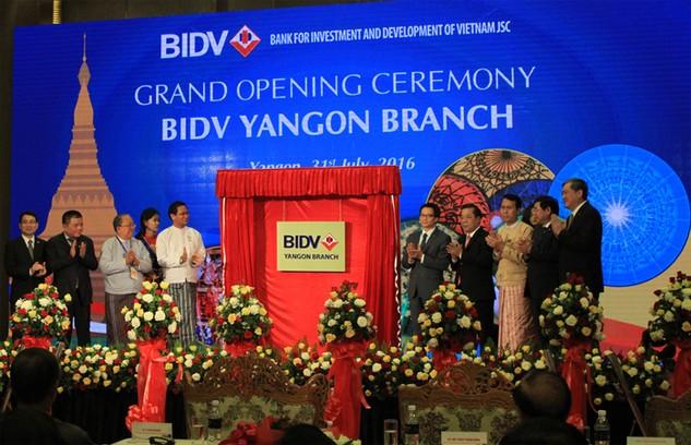 Phó Tổng thống Myanmar Henry Vanthio và Phó Thủ tướng Vũ Đức Đam mở biển đồng Chi nhánh Yangon 2