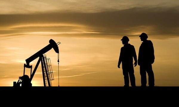 Việc giá dầu giảm sâu trong thời gian qua đã khiến nhiều ngân hàng lớn trên thế giới điều chỉnh giảm dự báo giá dầu năm 2017 - Ảnh: HuffingtonPost.