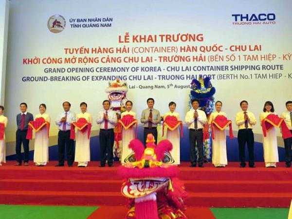 Cắt băng khai trương tuyến vận tải container hàng hải quốc tế Hàn Quốc - Chu Lai. Ảnh: Nguyễn Sơn/TTXVN