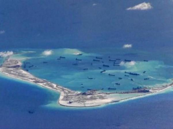 Các tàu nạo vét của Trung Quốc trong các vùng nước xung quanh Đá Chữ thập trong quần đảo Trường Sa của Việt Nam ngày 21/5/2015. (Nguồn: Reuters)