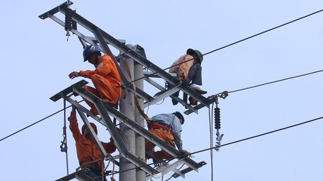 Gói thầu số 06: Xây lắp công trình cấp điện xã Ba Giang, huyện Ba Tơ thuộc Dự án Cấp điện nông thôn tỉnh Quảng Ngãi giai đoạn 2013 – 2020. Ảnh: Lê Tiên