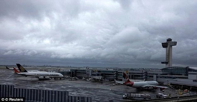 Có nhiều tiếng súng nổ đã vang lên tại sân bay JFK. (Nguồn: Daily Mail)