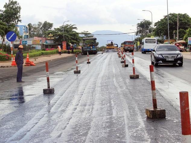 Dự án BOT Quốc lộ 1 đoạn Phan Thiết - Đồng Nai từng phải tạm dừng thu phí để sửa chữa một số đoạn bị hư hỏng nặng. Ảnh: A.M