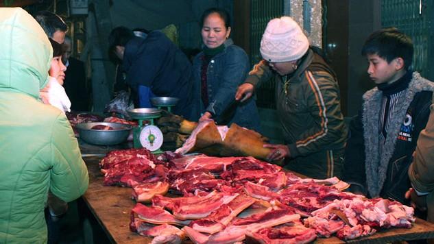 Trong số 4 gói thầu nâng cấp khu bán thực phẩm tươi sống tại Hà Nội, có 2 gói đấu thầu rộng rãi và 2 gói chào hàng cạnh tranh. Ảnh: Ngọc Anh