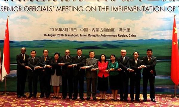 Các quan chức cấp cao ASEAN và Trung Quốc cùng chụp ảnh tại cuộc họp bàn về DOC. Ảnh: Xinhua.