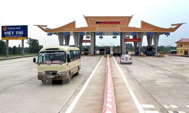 Xe dưới 7 chỗ được chạy qua cầu Việt Trì từ ngày 20/8. (Ảnh: Trung Kiên/TTXVN)