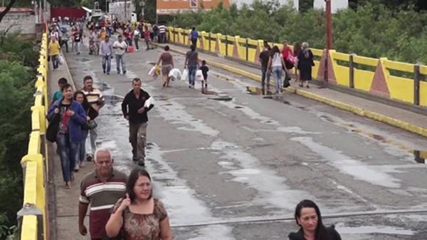 Người Venezuela băng qua biên giới sang Colombia để mua thực phẩm. Ảnh: CNN