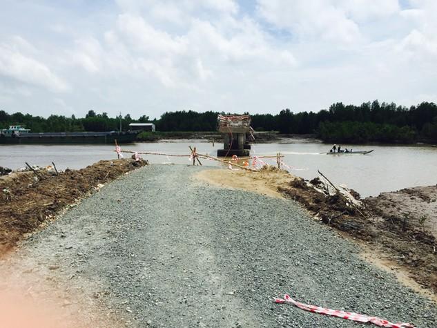 Đường đầu cầu Ô Rô đi trên bãi bồi giữa 2 tuyến sông có địa chất rất yếu. Ảnh: Gia Bách