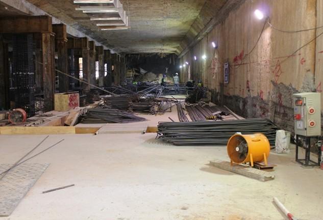 Công nhân đang thi công ga ngầm địa điểm nhà hát thành phố thuộc tuyến metro số 1 (dự án trọng điểm sử dụng vốn ODA). Ảnh: VGP/Nam Đàn