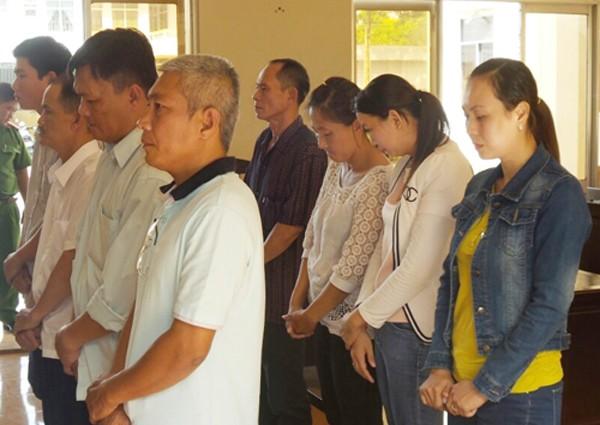 Tám cán bộ VietABank Bạc Liêu nghe tuyên án. Ảnh: Phúc Hưng