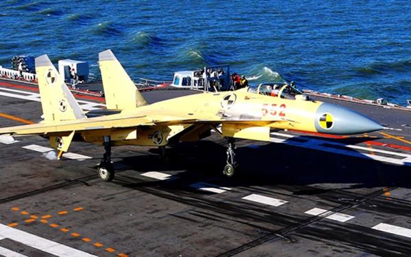 Tiêm kích Cá mập bay J-15 luyện tập hạ cánh trên tàu sân bay Liêu Ninh. Ảnh: Xinhua