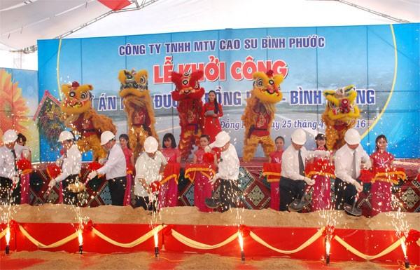 Lãnh đạo tỉnh và chủ đầu tư thực hiện nghi thức lễ khởi công. Nguồn: Binhphuoc.gov.vn