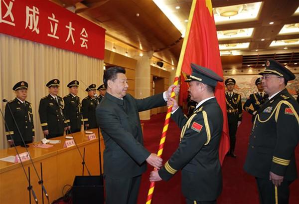 Ông Tập Cận Bình trao cờ cho các chỉ huy đơn vị quân đội mới thành lập. Ảnh:SCMP