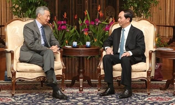 Chủ tịch nước Trần Đại Quang trao đổi với Thủ tướng Singapore Lý Hiển Long ngày 29/8. Ảnh: MCI.