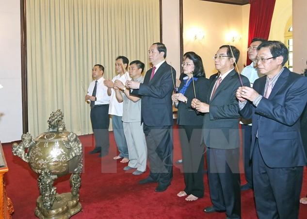Chủ tịch nước Trần Đại Quang dâng hương tưởng niệm Chủ tịch Hồ Chí Minh tại Khu di tích Phủ Chủ tịch. (Ảnh: Nhan Sáng/TTXVN)