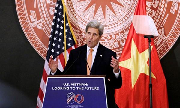 Ngoại trưởng Mỹ John Kerry phát biểu tại hội thảo kỷ niệm 20 năm bình thường hóa quan hệ với Việt Nam tại Hà Nội năm ngoái. Ảnh: Giang Huy