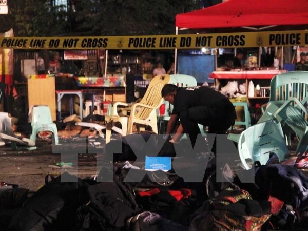 Lực lượng cảnh sát quốc gia Philippines điều tra tại hiện trường vụ nổ ở thành phố Davao. (Nguồn: EPA/TTXVN)