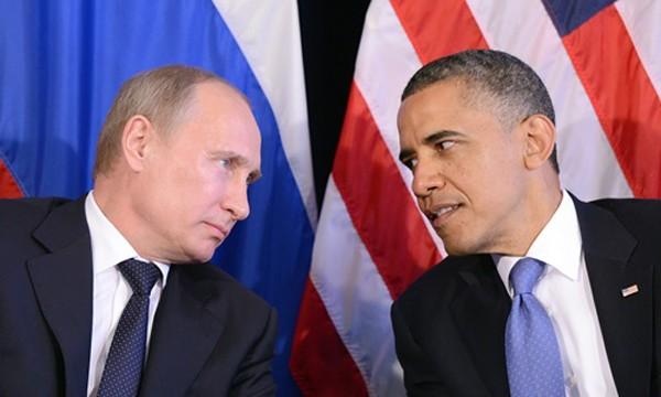 Tổng thống Nga Vladimir Putin (trái) và người đồng cấp Mỹ Barack Obama hồi năm 2012 trò chuyện bên lề hội nghị thượng đỉnh G20 ở Los Cabos, Mexico. Ảnh: AFP