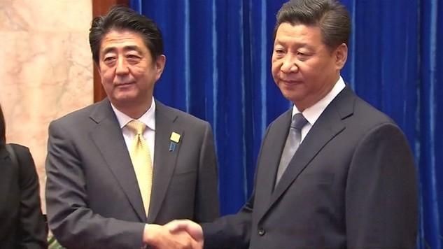 Thủ tướng Nhật Bản Shinzo Abe (trái) và Chủ tịch Trung Quốc Tập Cận Bình. (Nguồn: nbcnews.com)
