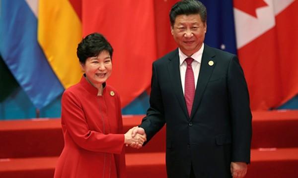 Tổng thống Hàn Quốc Park Geun-hye (trái) bắt tay Chủ tịch Trung Quốc Tập Cận Bình tại hội nghị thượng đỉnh G20 ở Hàng Châu, Trung Quốc, ngày 4/9. Ảnh:Reuters.