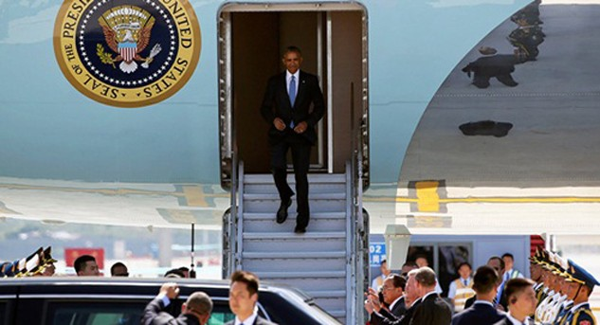 Tổng thống Obama bước xuống từ chuyên cơ tại sân bay thành phố Hàng Châu, Trung Quốc. Ảnh: Reuters
