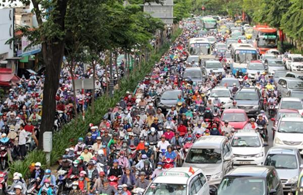 Các tuyến đường xung quanh sân bay Tân Sơn Nhất thường xuyên rơi vào cảnh ùn tắc. Ảnh: Duy Trần