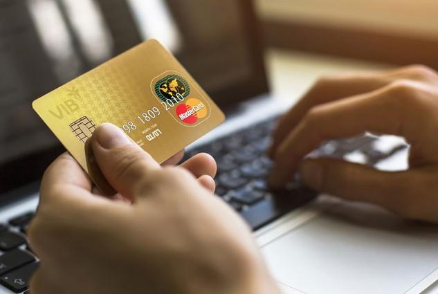 Thẻ tín dụng VIB của một khách hàng tại Hà Nội đã bị kẻ gian thực hiện 3 giao dịch mua hàng với số tiền hơn 1.500 USD. Ảnh: Dân trí
