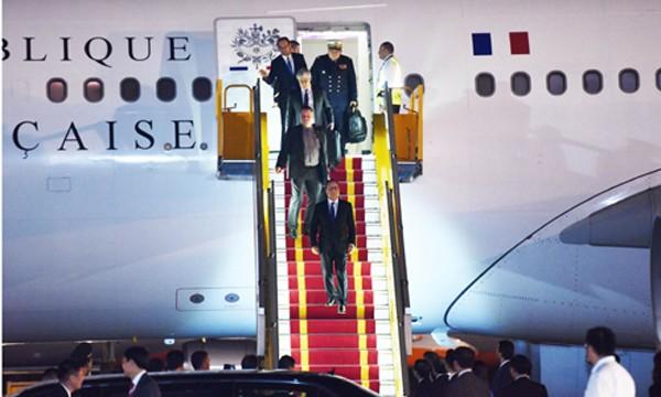 Tổng thống Pháp Francois Hollande bước xuống từ chuyên cơ. Ảnh: Giang Huy
